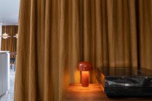 Retro gramafon a hrubý závěs
