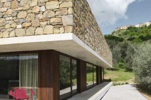 Dům obklopen olivovým hájem