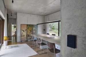 Monumentální zapuštěný cementový stůl