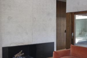 Prosklená obývací část s oranžovou pohovkou