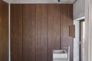 Vestavěná skříň z přírodního dřeva
