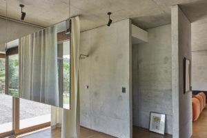 Koupelna z cementovými zdi