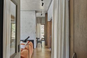 Chodba s betonovou zdí a podlahou z pryskyřice