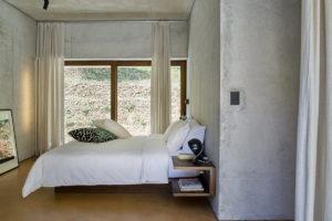 Ložnice s betonovými zdi