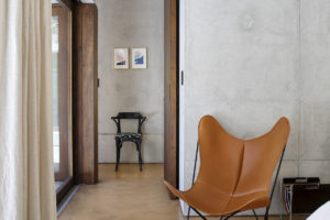 Dizajnové oranžové křeslo v ložnici