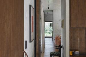 Chodba s betonovou zdí a podlahou z pryskyřice.