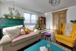Obývačka s barevným nábytkem