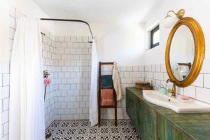 Koupelna s mozaikou a stará skříňka