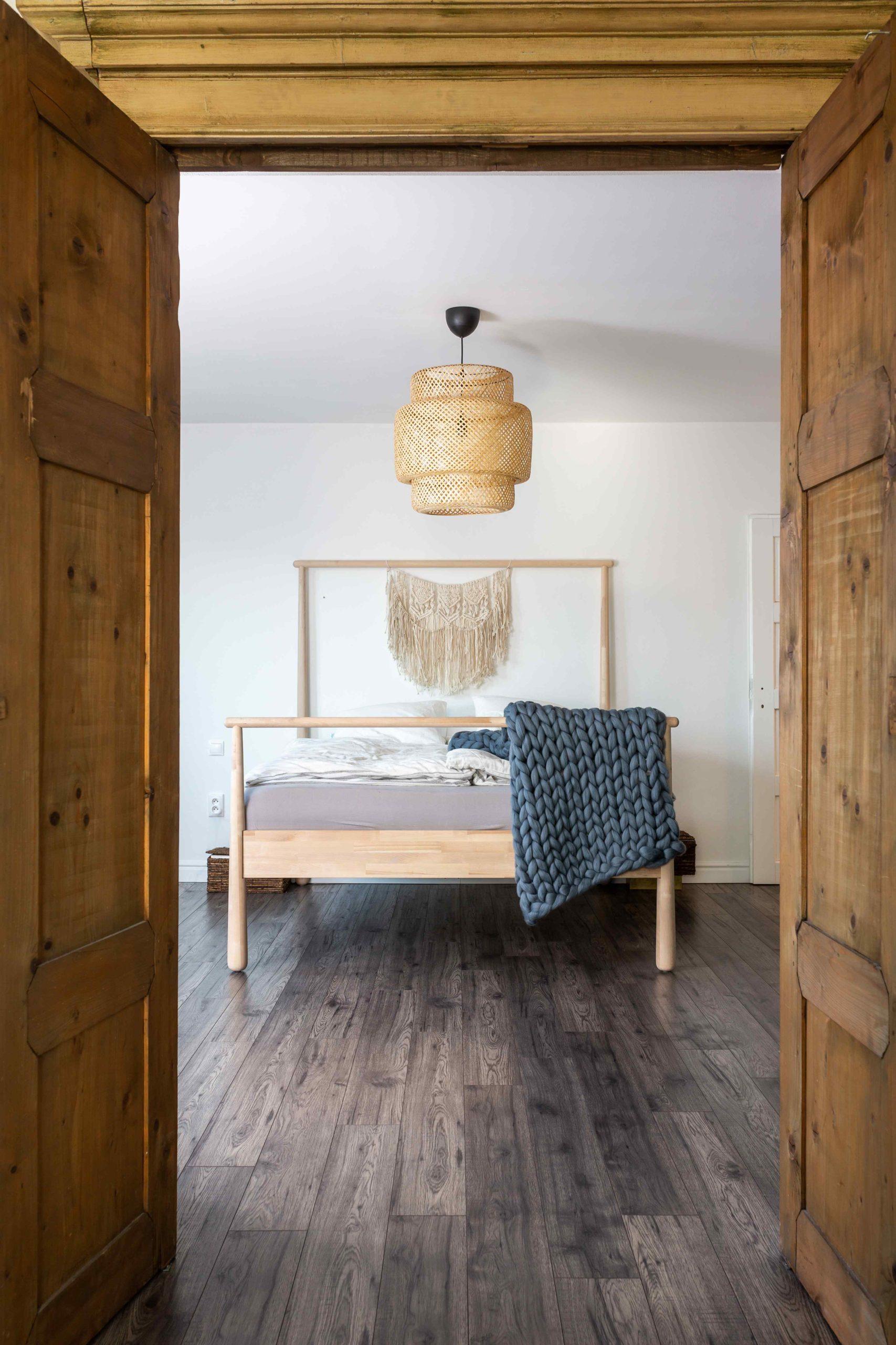 Dveře ze starého nábytku a pohled do ložnice