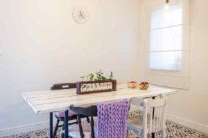 Staré židle v jídelně se visícími žárovkami