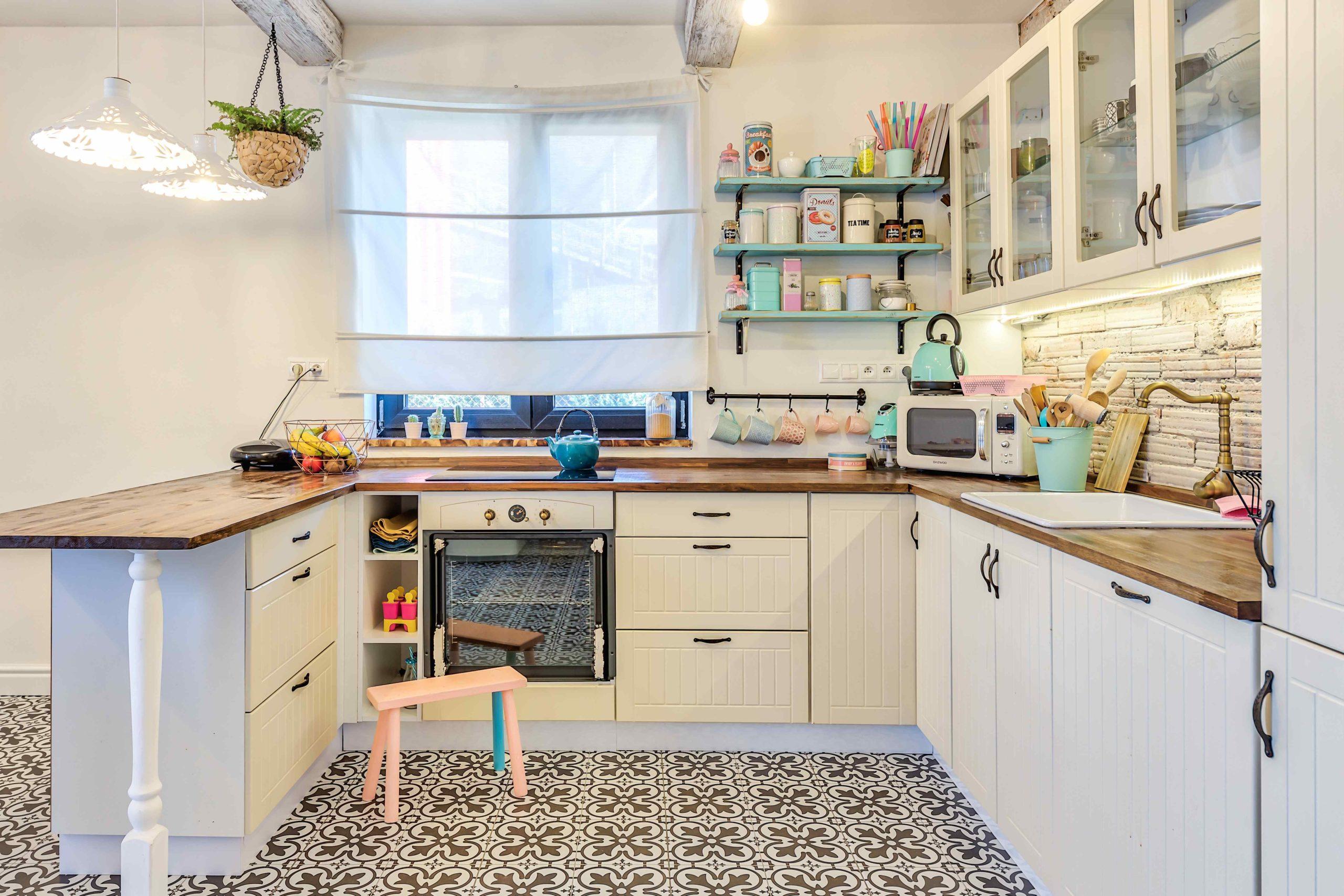 Kuchyň s bílou linkou a mozaikovou dlažbou