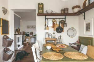 Typická venkovská kuchyň s drevěným stolem