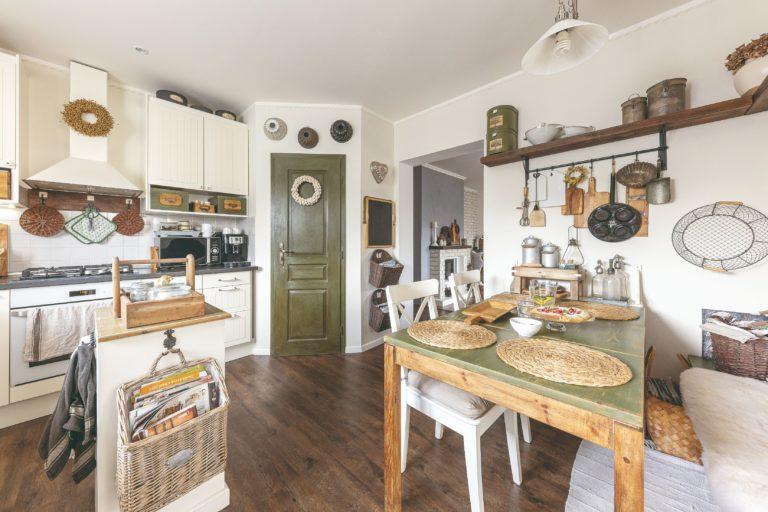 Působivá venkovská kuchyň pro všechny milovníky starých dob