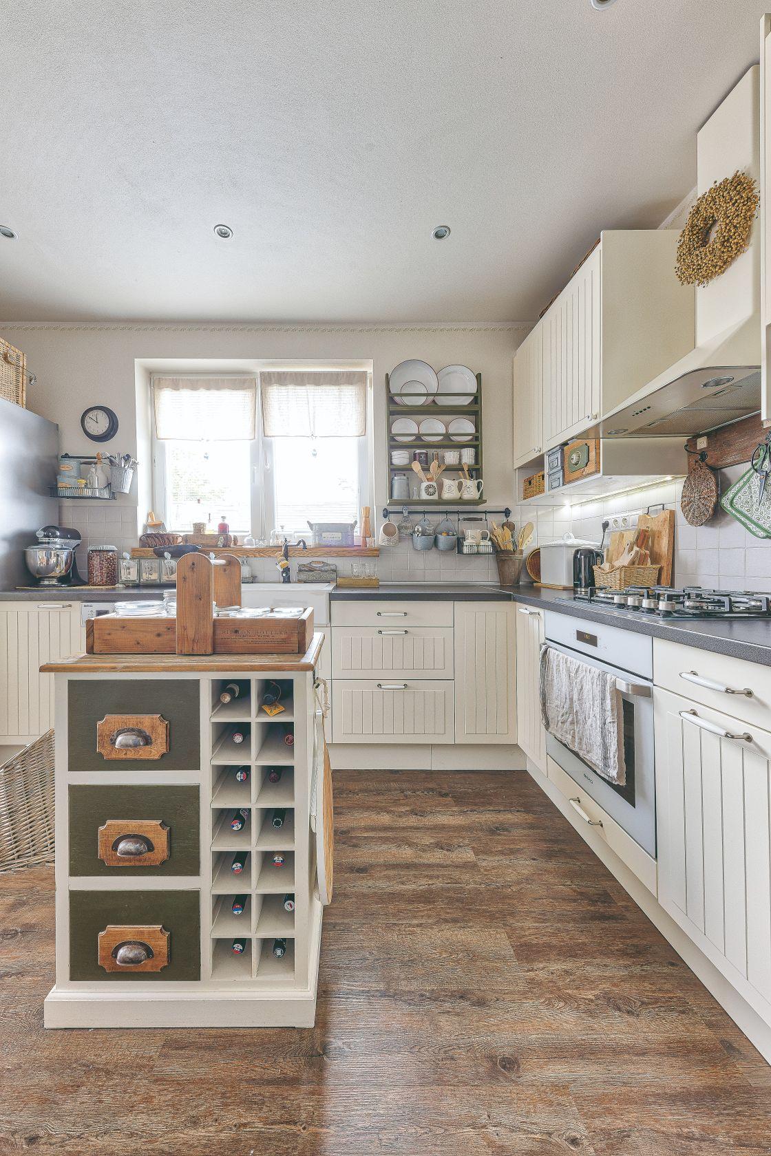 Venkovská kuchyň s miniostrůvkem