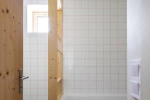 Koupelna v bílé s vanou