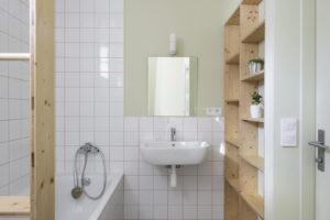 Koupelna s mozaikovou dlažbou a vanou