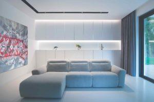 Obývací část se velkou šedou pohovkou
