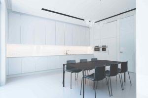 Bílá kuchyň a černá jídelna