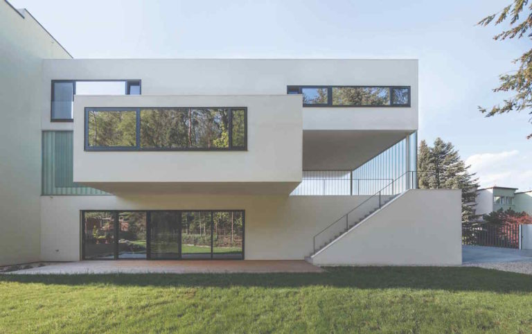 Dům v Brně okouzlí hrou s tvary, elegancí a čistotou