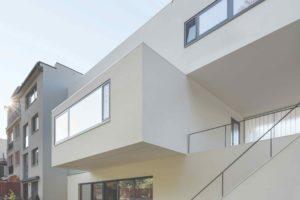Bílý trojpodlažní dům