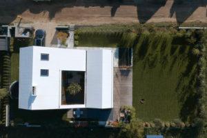 Letecký pohled na dom se šikmou střechou