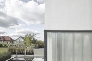 Rodinný dům s proskleným soklem