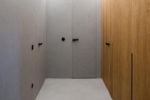 Hliníkové a dubové dveře se skrytými zárubněmi chodba