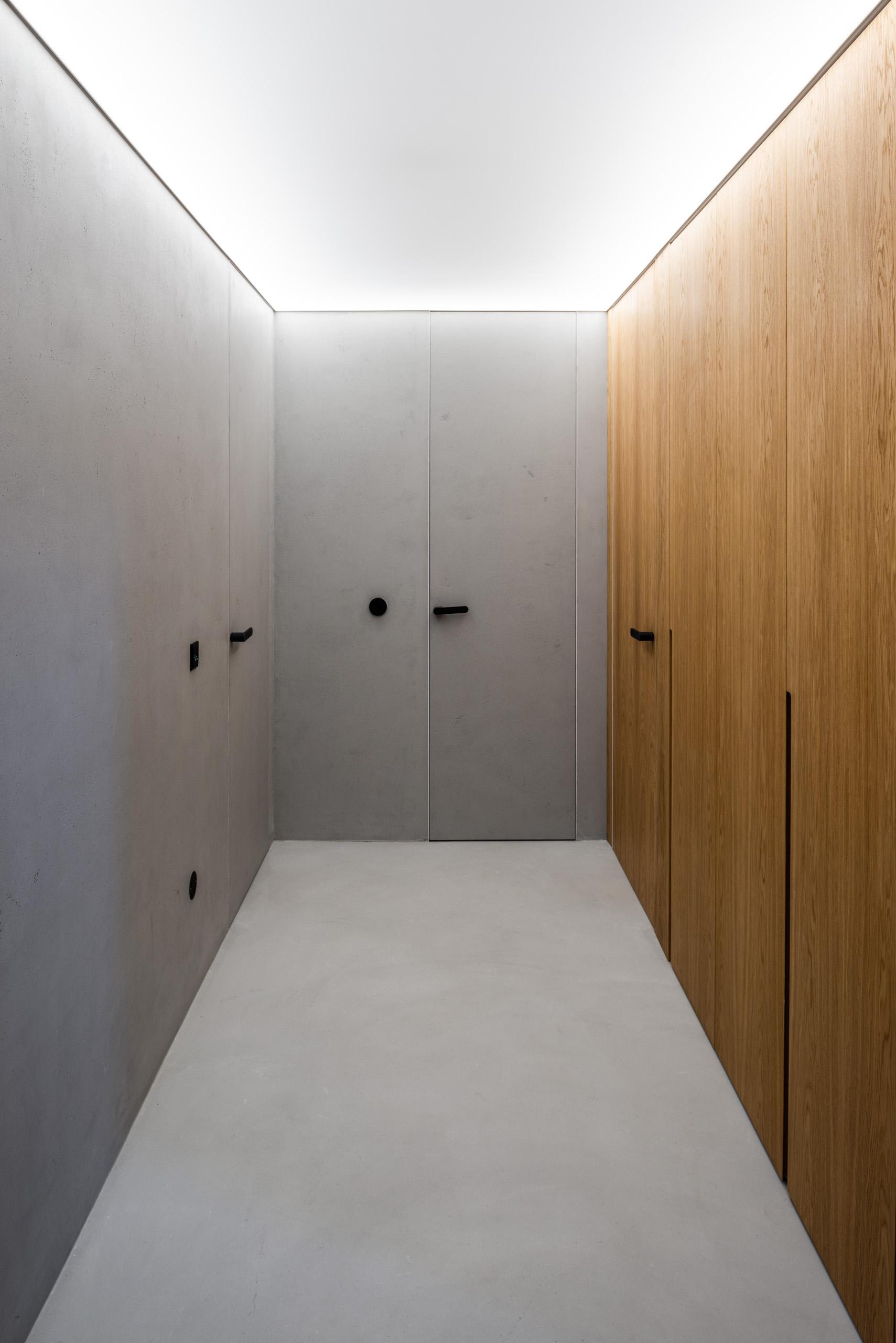 Hliníkové a dubové dveře se skrytými zárubněmi