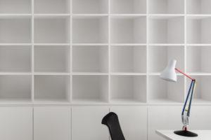 Bílá policová skříň v pracovně