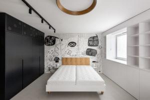 Černobílá ložnice s komiksovou tapetou