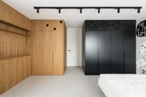 Vestavěné skříně drevěné a černé v ložnici