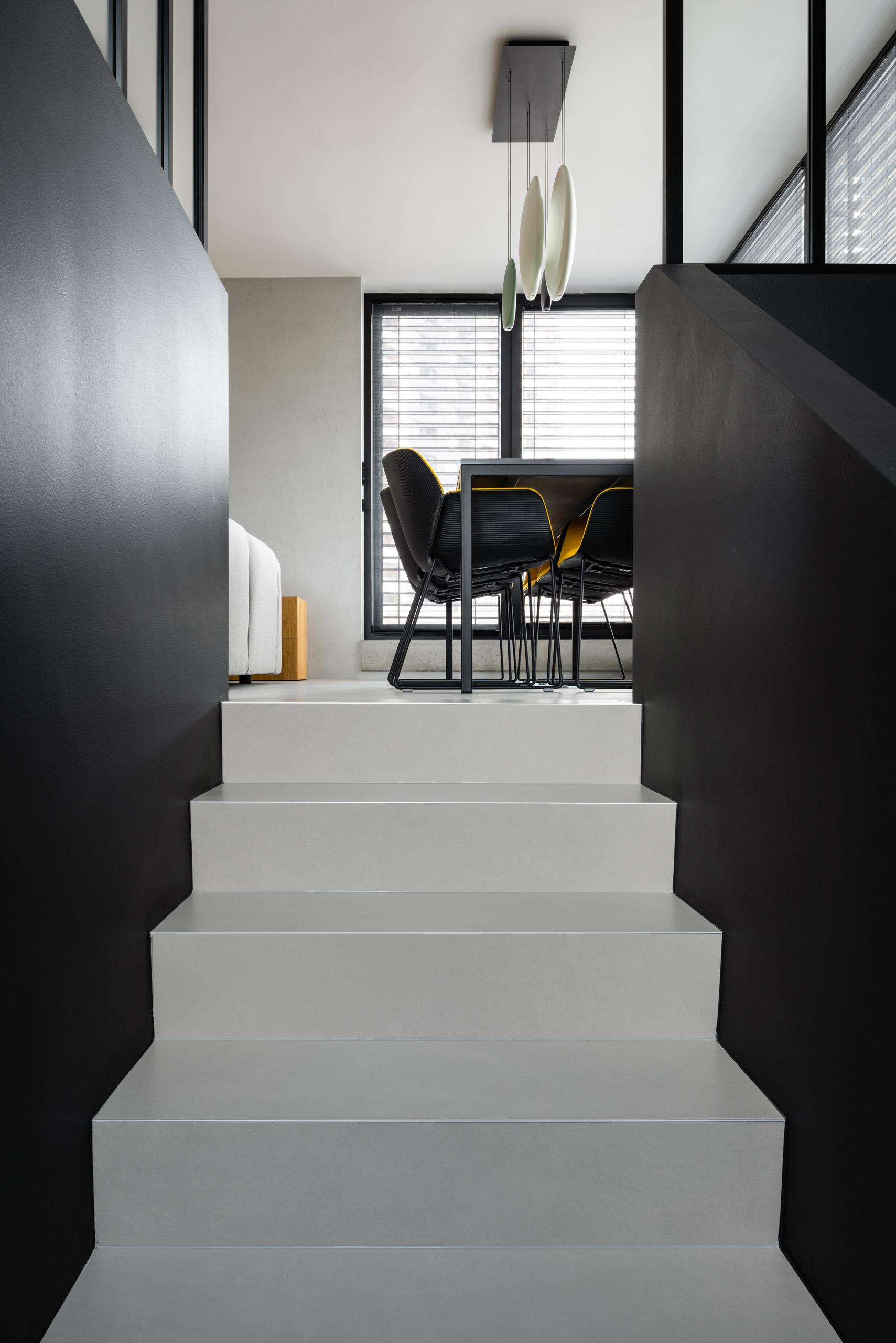 Schodiště černo šedé