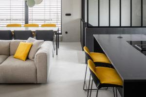 Obývák kuchyň šedá žlutá černá