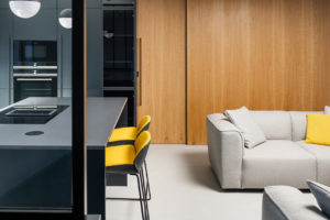 Ostrůvek kuchyň žluté židle obývák