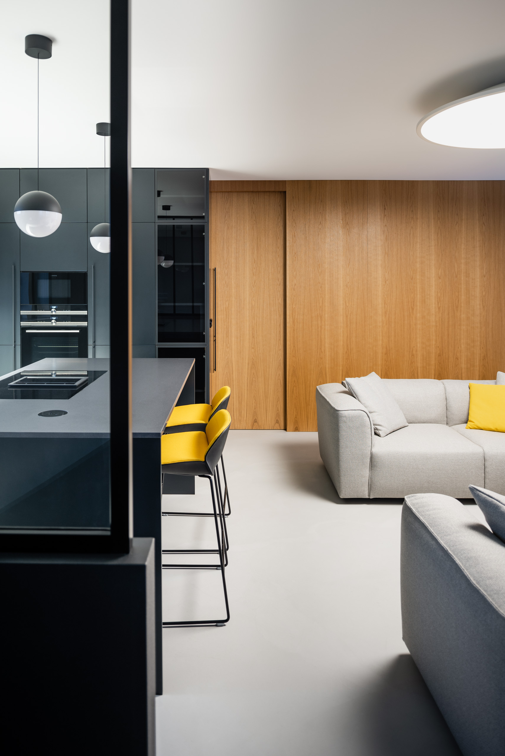 černá kuchyň a žluté židle