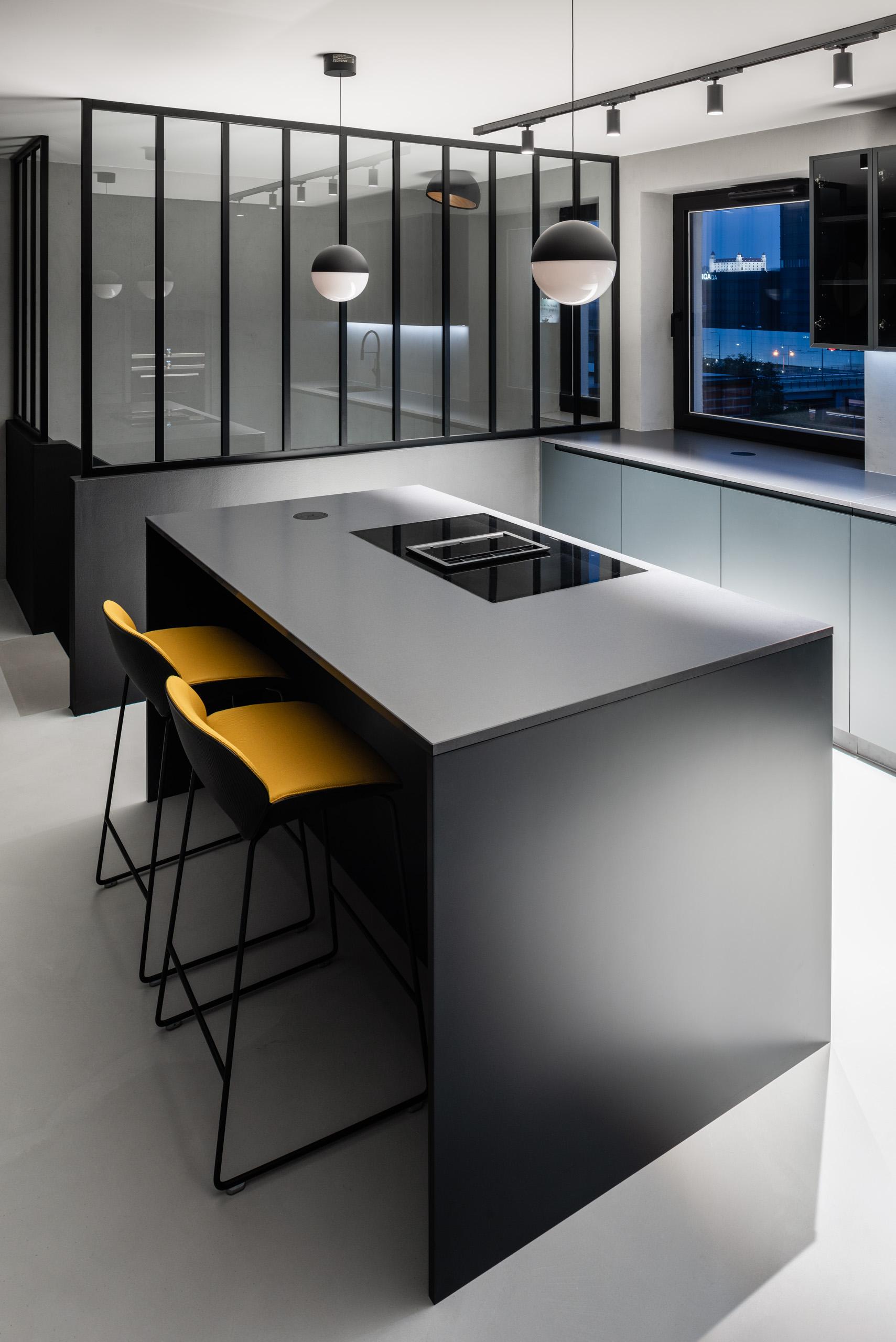Ostrůvek kuchyň žluté židle
