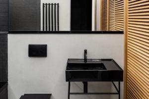 Koupelna světle šedá, černá dubové dřevo
