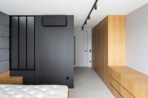 Dubová a černá vestavěná skříň v ložnici