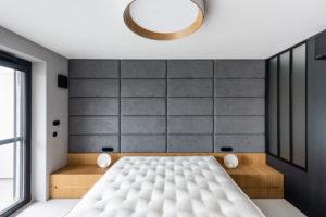 Ložnice šedá čalunená stěna
