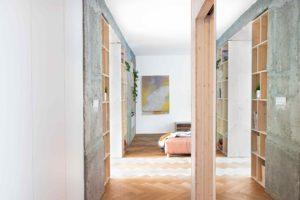 Chodba se zrcadlem a terakotovou podlahou