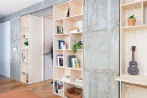 Betonová stěna s drevěnými vloženými boxy