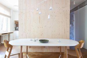 Jídelna s oválným stolem a moderní svítidlo