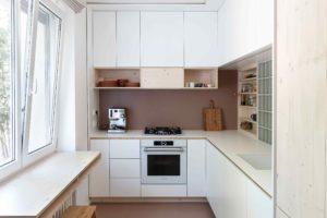 Bílá úzká kuchyň v paneláku