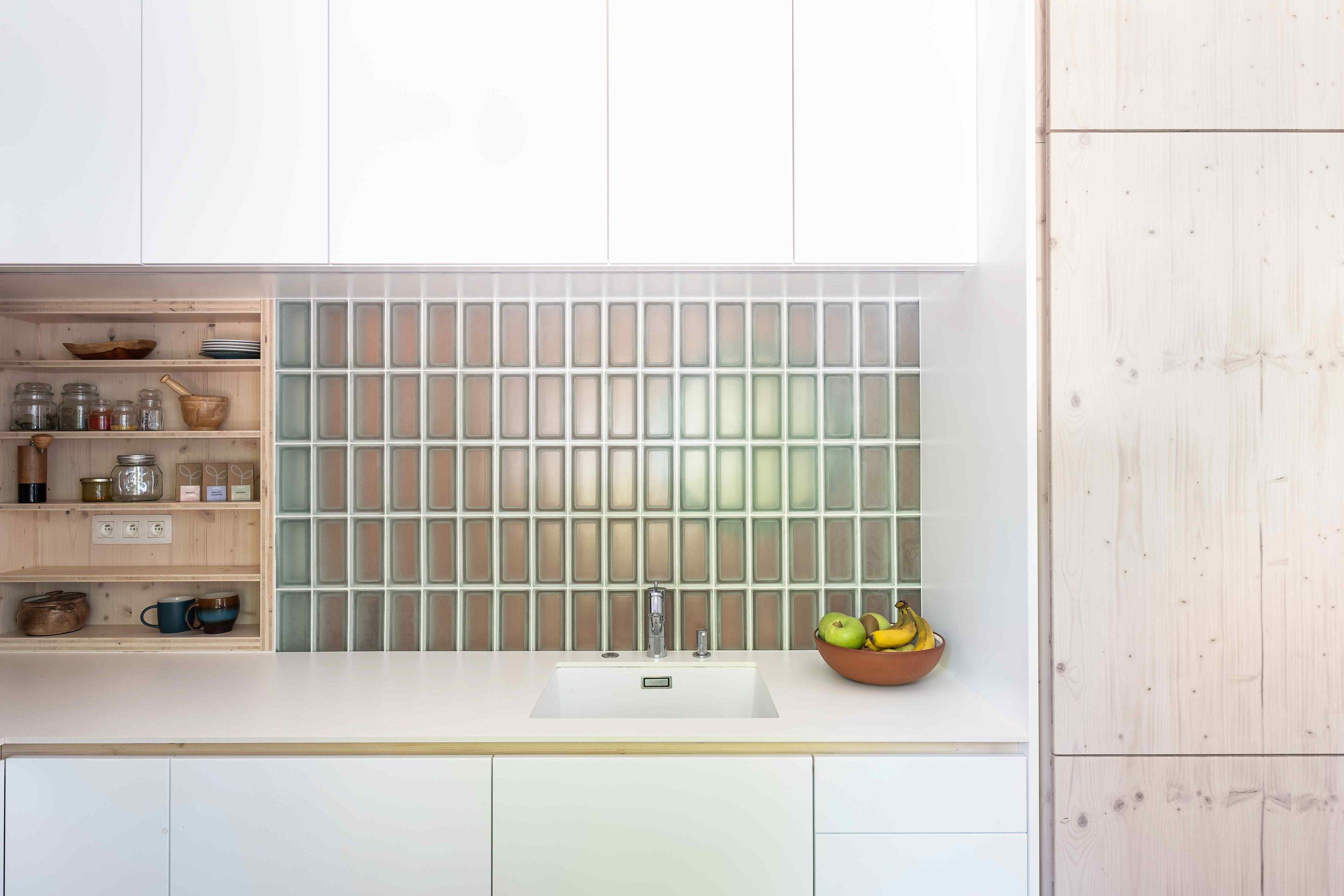 Okno z kuchyně do koupelny přes sklobeton