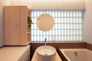 Koupelna s vanou a sklobetonovou stěnou