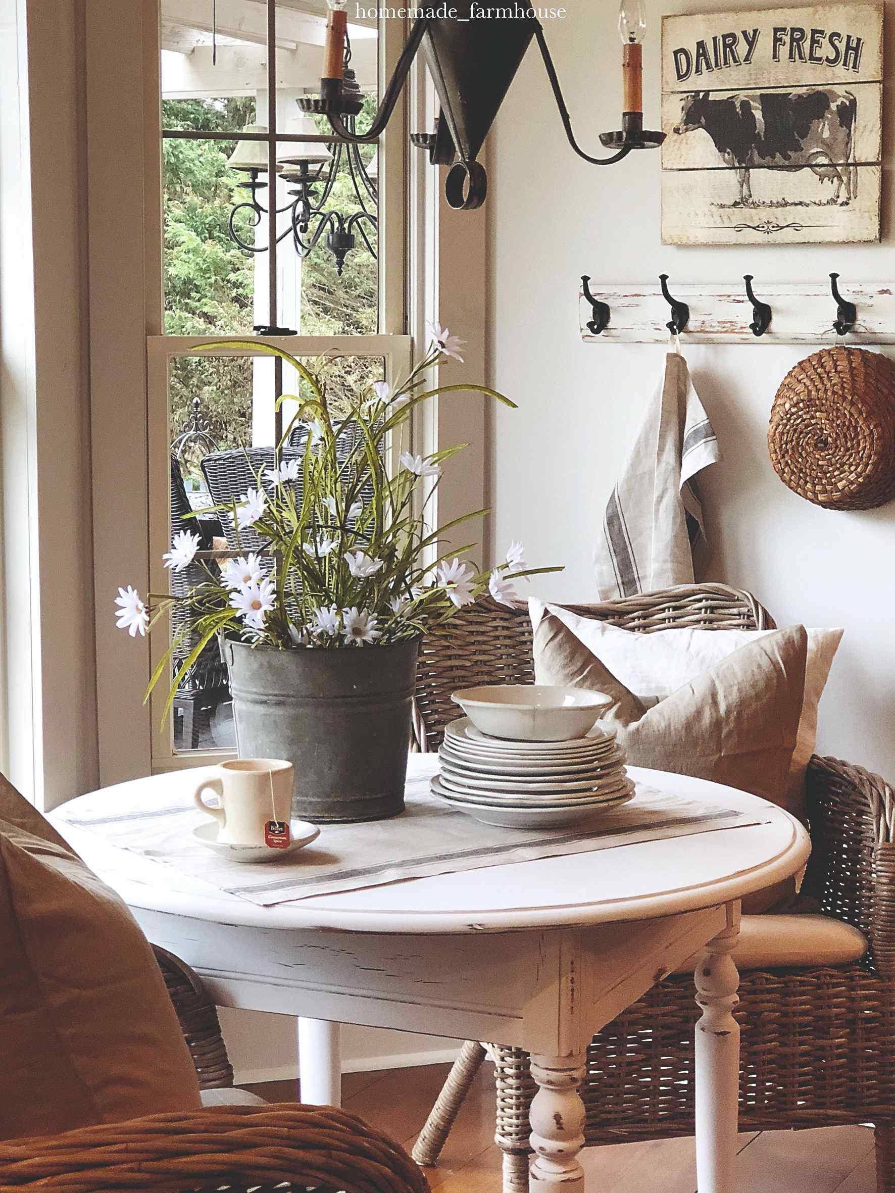 Stolek s květinami talíří v provence stylu
