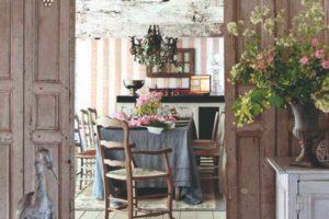 Provensalská jídelna s květinami a starožitním nábytkem
