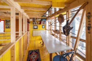 Žlutý interiér v chatce