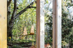 Houpačka v zahradě chatky