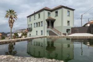 Třípodlažní zelený dům s jezírkem v Portugalsku